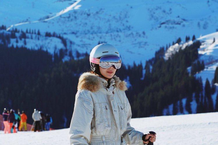 去年年底Chloé曾推出漸層粉限量雪鏡,隋棠配戴它去滑雪。圖/取自IG