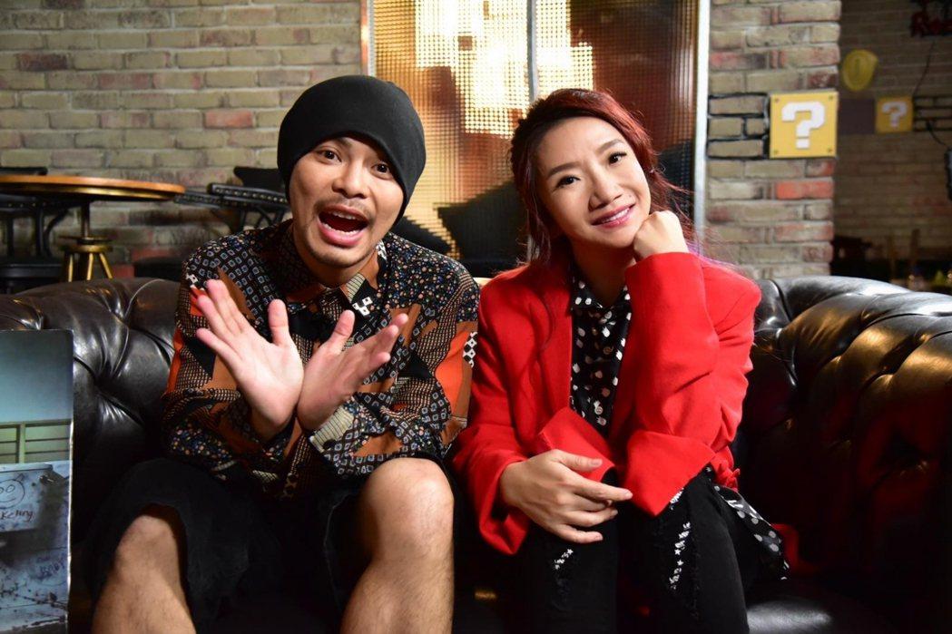 黃明志(左)上陶晶瑩主持的「陶口秀」,才說出當年曾在她節目裡半工半讀的過往。圖/