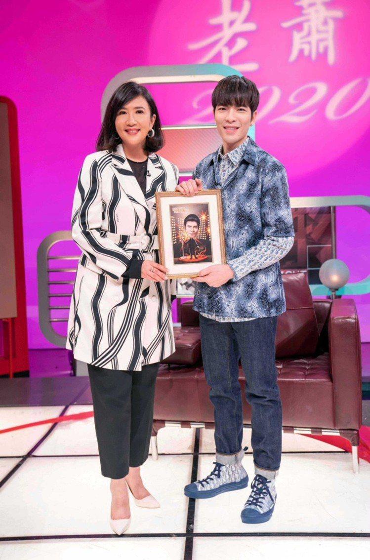 蕭敬騰在「TVBS看板人物」節目上穿DIOR MEN早秋系列Shawn Stus...