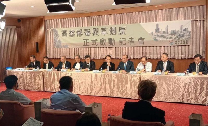 高雄市副市長林欽榮(右五)今午宣布都審新制上路。記者王昭月/攝影