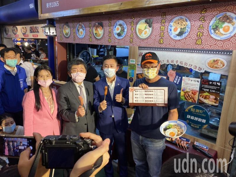 陳時中想起上次到新竹是吃鴨肉飯,這次則特別嘗試新竹貢丸及香腸。記者王駿杰/攝影