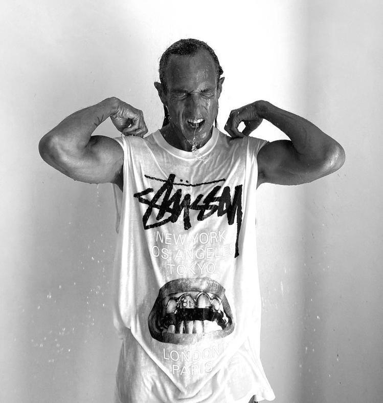 Stüssy慶祝40周年,設計師RICK OWENS特別打造限定T恤。圖/摘自S...