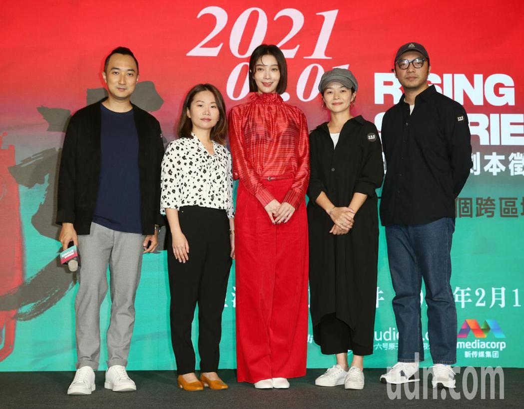 演員蔡淑臻(中)、導演簡學彬(右一)、奚岳隆(左一)與編劇黃怡玫(左二)、王莉雯...