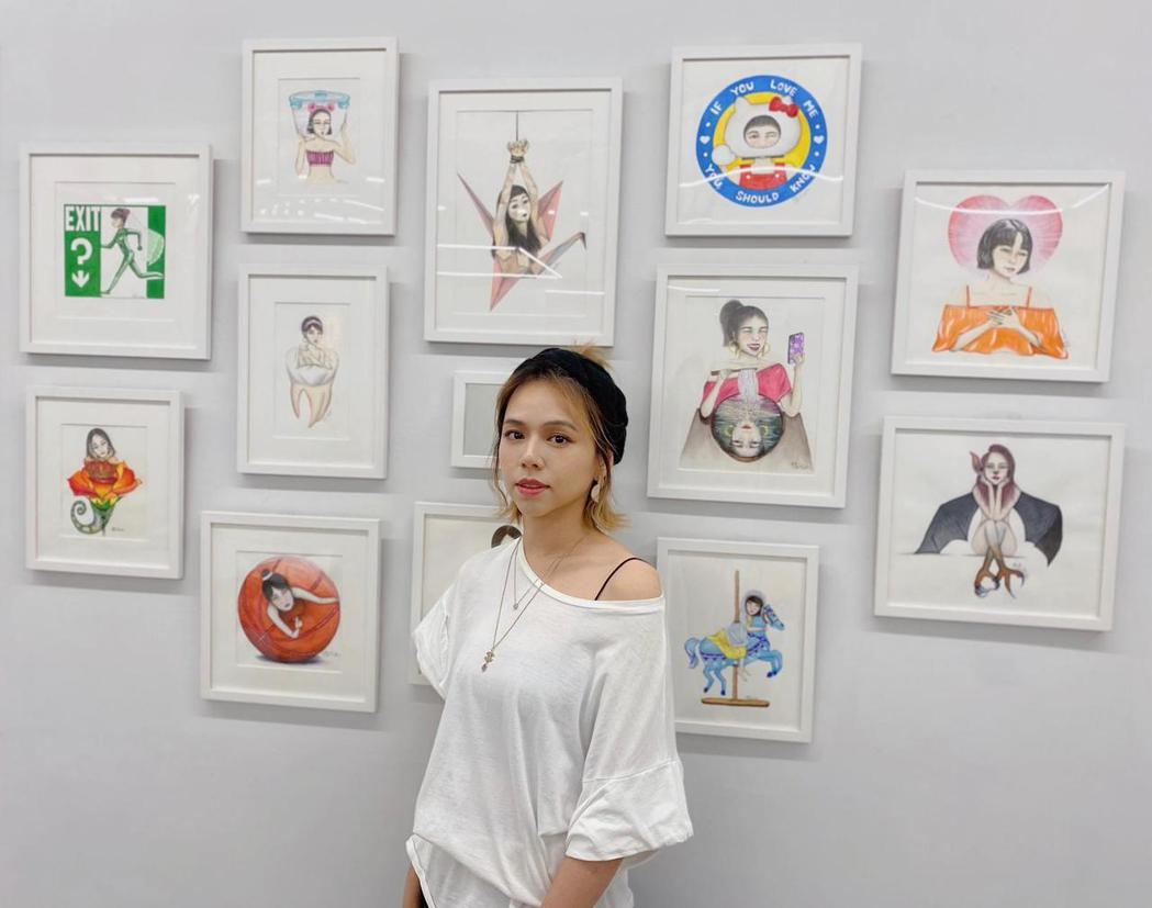夏于喬帶著自己的插畫作品參加當代插畫藝術沙龍展。圖/Asa提供
