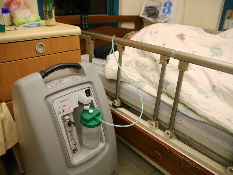 劉男因為患有愛滋,在全台都缺病床的情況下,詢問上百間護理之家,才終於找到一家願意收留並照顧他。圖為示意圖,非新聞當事人。圖/聯合報系資料照片