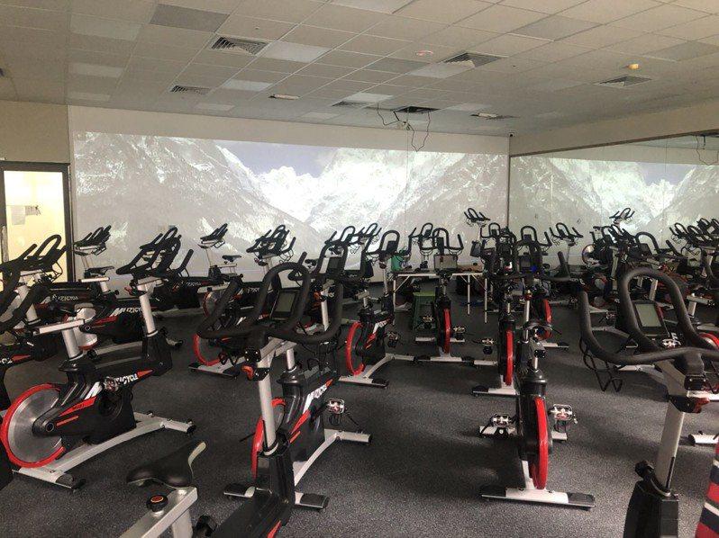 新店國民運動中心飛輪教室結合沉浸投影,可切換各種虛擬場景。圖/新北體育處提供