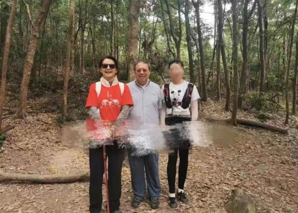 胡慧中和丈夫爬山被巧遇。圖/摘自微博