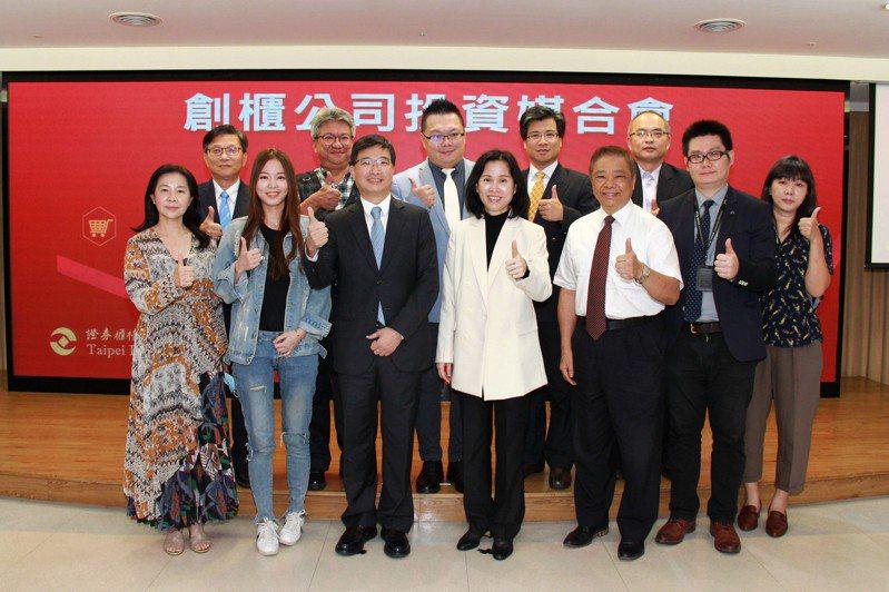 櫃買中心舉辦創櫃公司投資媒合會,櫃買中心總經理李愛玲(前排左四)、創投公會理事長邱德成(前排左三)與各創櫃公司合影。櫃買中心/提供