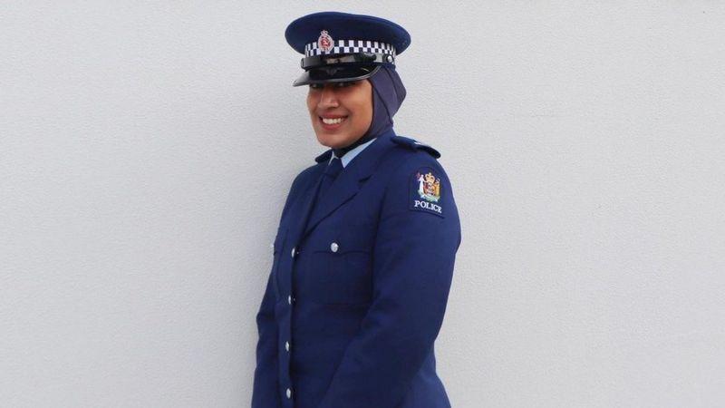 紐西蘭政府推出穆斯林女警制服,附有頭巾。(取自BBC)
