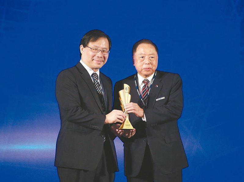 台灣企業永續獎昨日舉行頒獎典禮,亞洲水泥總經理李坤炎(右)上台領獎。 記者曾原信/攝影