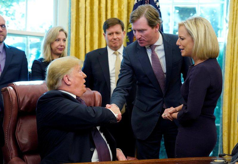 美國總統川普(左)2018年11月16日在白宮簽署命令,宣布在國土安全部旗下成立網路安全與設施安全局,並和首任局長克瑞布斯(右二)握手。克瑞布斯17日遭川普開除。路透