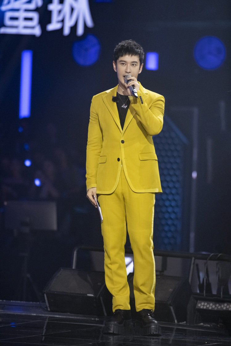 黃曉明穿FENDI 黃色造型西裝外套67,000元、黃色西裝褲價格店洽元。圖/F...