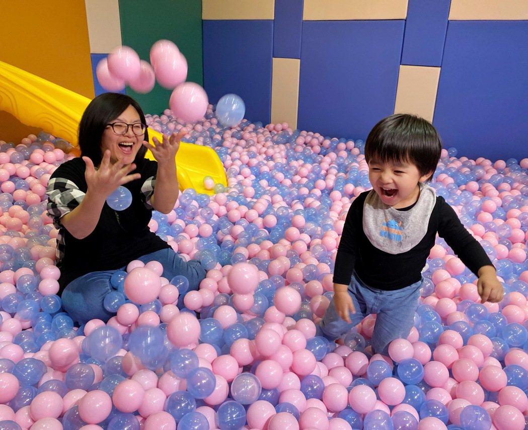 宜蘭力麗威斯汀渡假酒店的遊戲室提供好玩的球池及溜滑梯。 記者陳威任/攝影