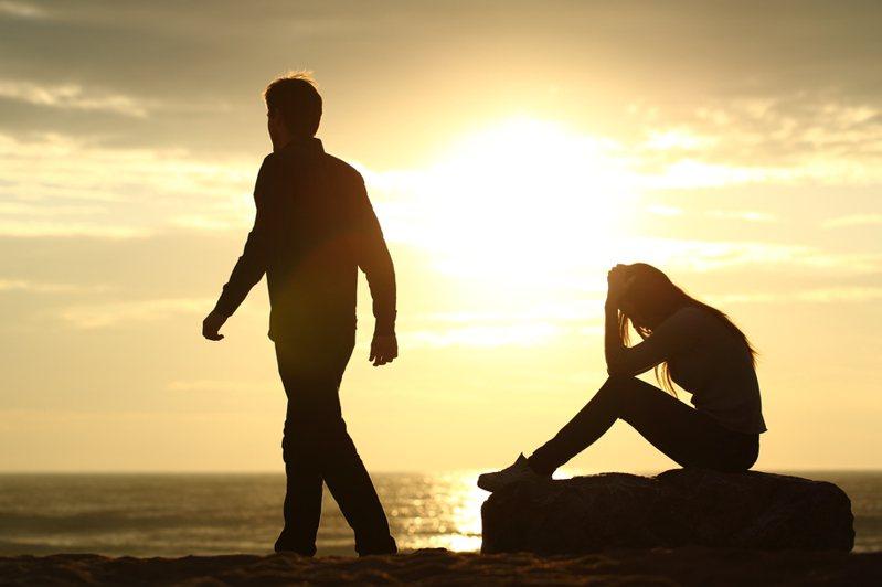 一名網友在收租時認識了前男友,但由於媽媽提醒她不要透露是「自己家的房子」,因此一直沒有跟男友說,沒想到被男友發現後,他無法接受堅持分手。圖/ingimage