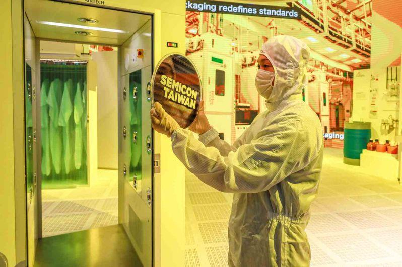 台灣半導體實力有目共睹,就有分析師說,如果連英特爾都外包晶片給台積,台灣將成「世界最重要國家」。(邱劍英攝)