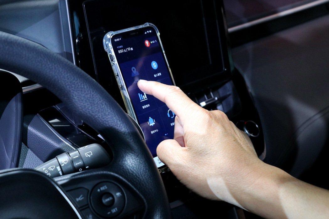 全新推出操作簡單方便的yoxi叫車App。 記者陳威任/攝影