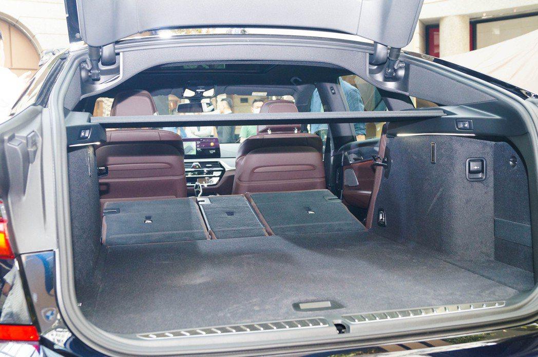 藉由後座傾倒功能後,小改款BMW 6 Series Gran Turismo最大...