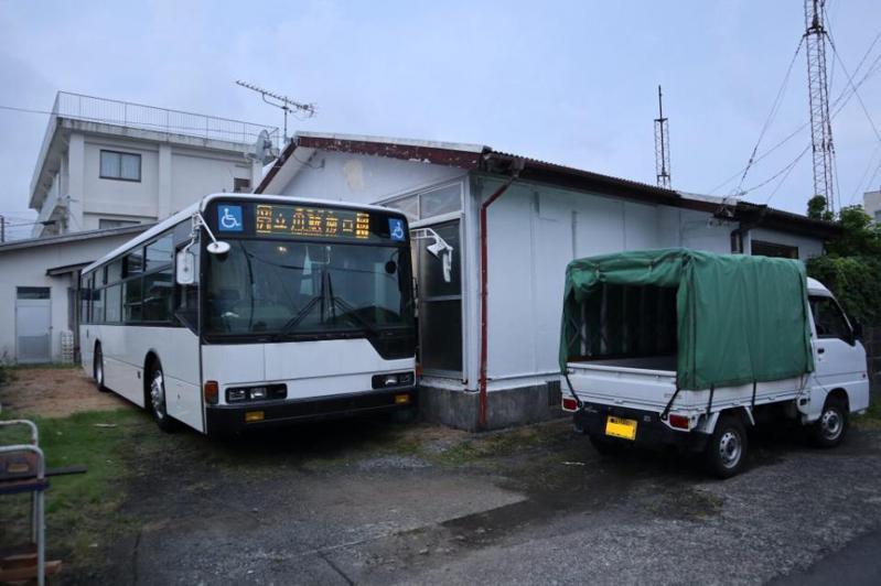 日本東京的八丈島,最近出租「附公車的小屋」引發網友好奇,圖擷取自HACHIJO-HOUSE