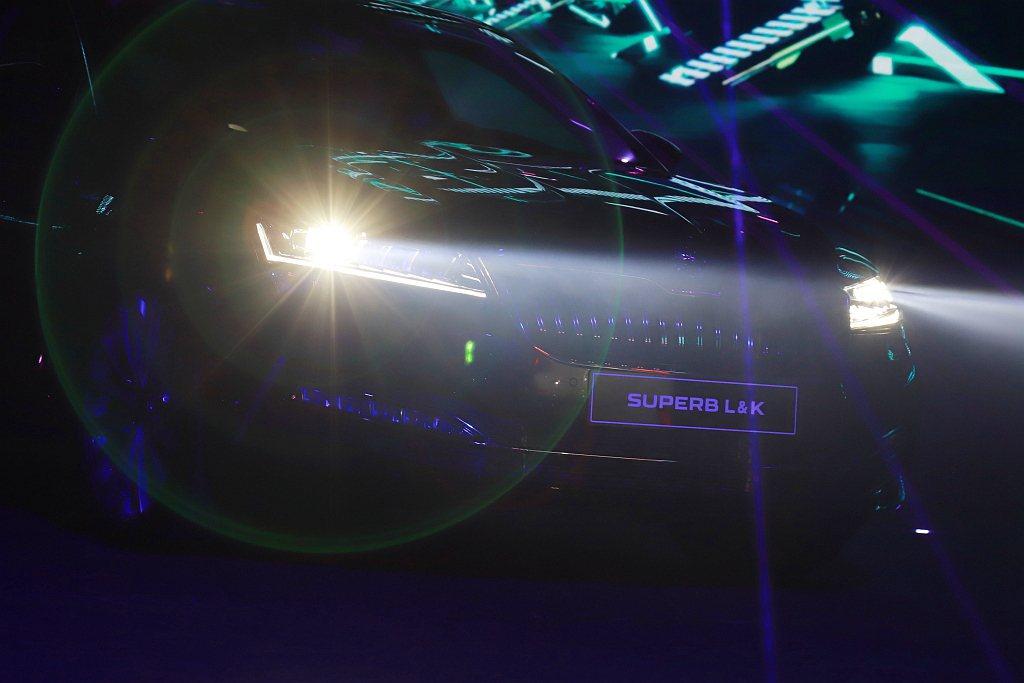 豪華車等級的Matrix LED智慧複眼頭燈組,擁有14顆LED單體,搭配位於擋...