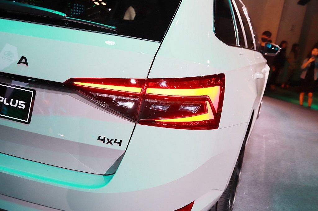 尾燈同樣擁有LED元素,每側64顆LED燈組不僅在辨識度上更加提升,加上動態序列...