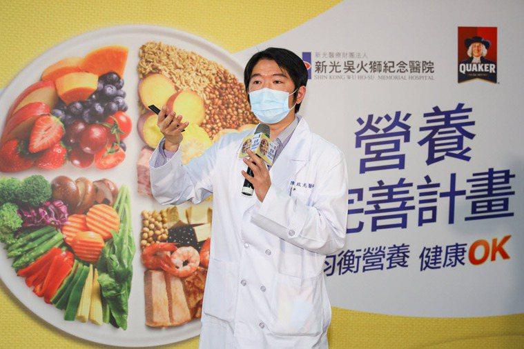 新光醫院骨科主治醫師陳政光指出,攝取過多糖分可能影響身體骨骼生成,增加往後發生骨...