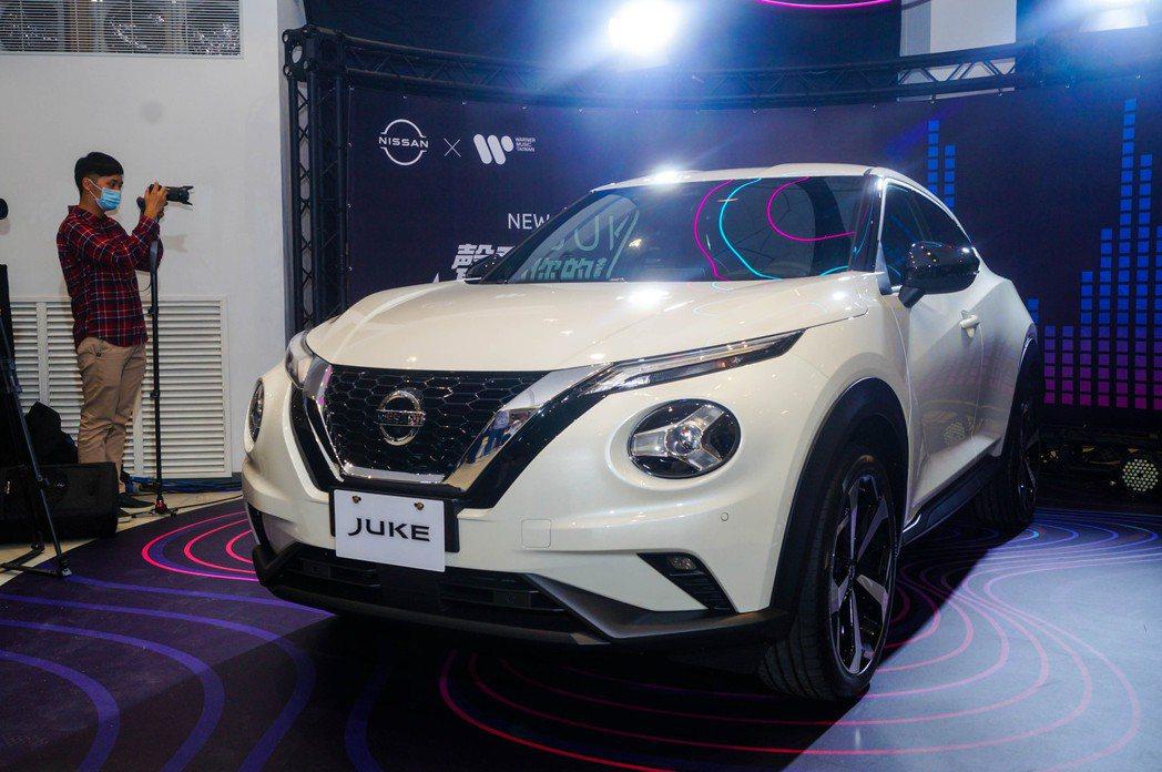 Nissan家族語彙V-motion 2.0水箱護罩,加上Juke經典的分離式頭...