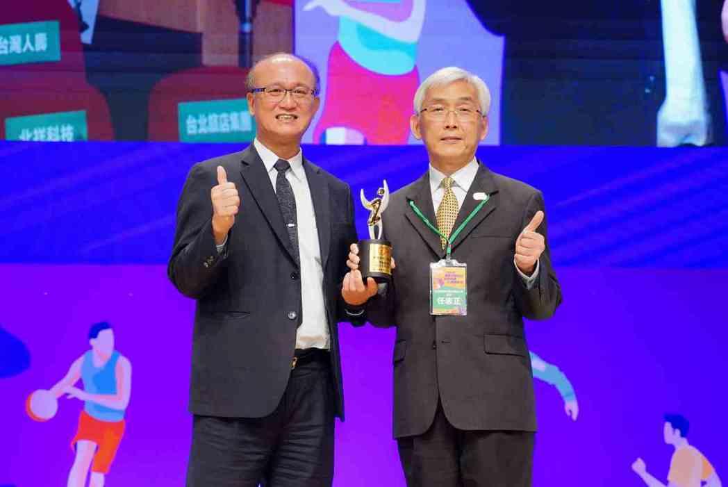 教育部次長林騰蛟(左)頒發「運動企業認證」獎座給SGS協理任志正。 SGS/提供