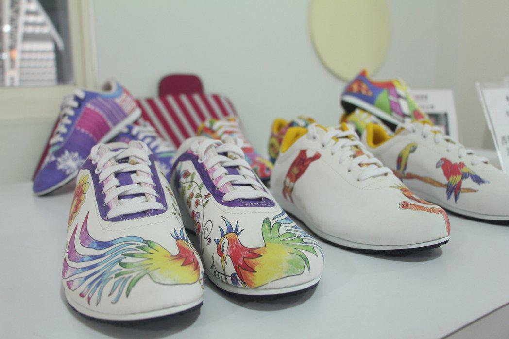 提供客製化服務,讓每個人都可以發揮無限創意親自設計自己的鞋款! 呂政道/攝影。