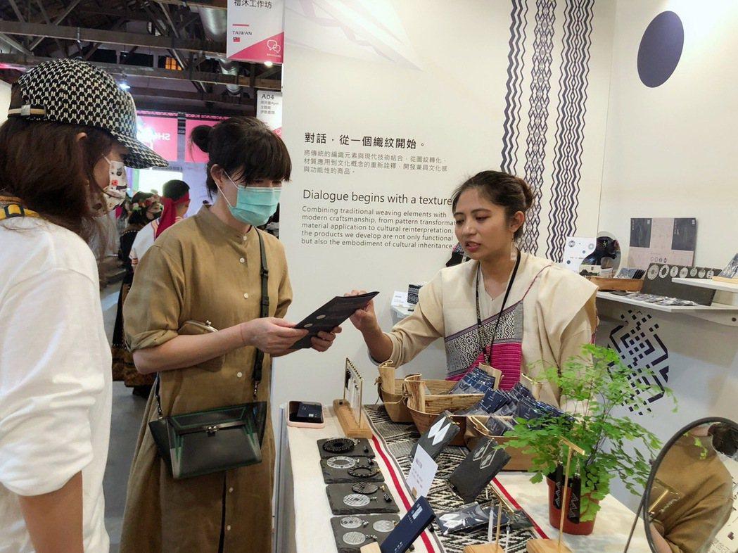 阿優依主題館中,消費者與品牌創作者洽談介紹手作工藝品。