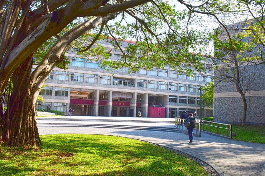 中原大學成立65年,有超過13萬校友在企業、政府等機構形成廣大的網絡連結,是學習...