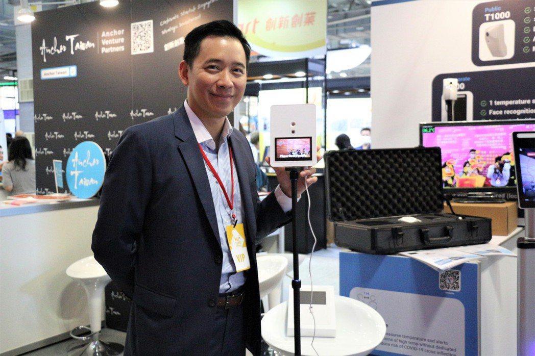 威力視創辦人之一高士偉展示這款測温熱像儀。