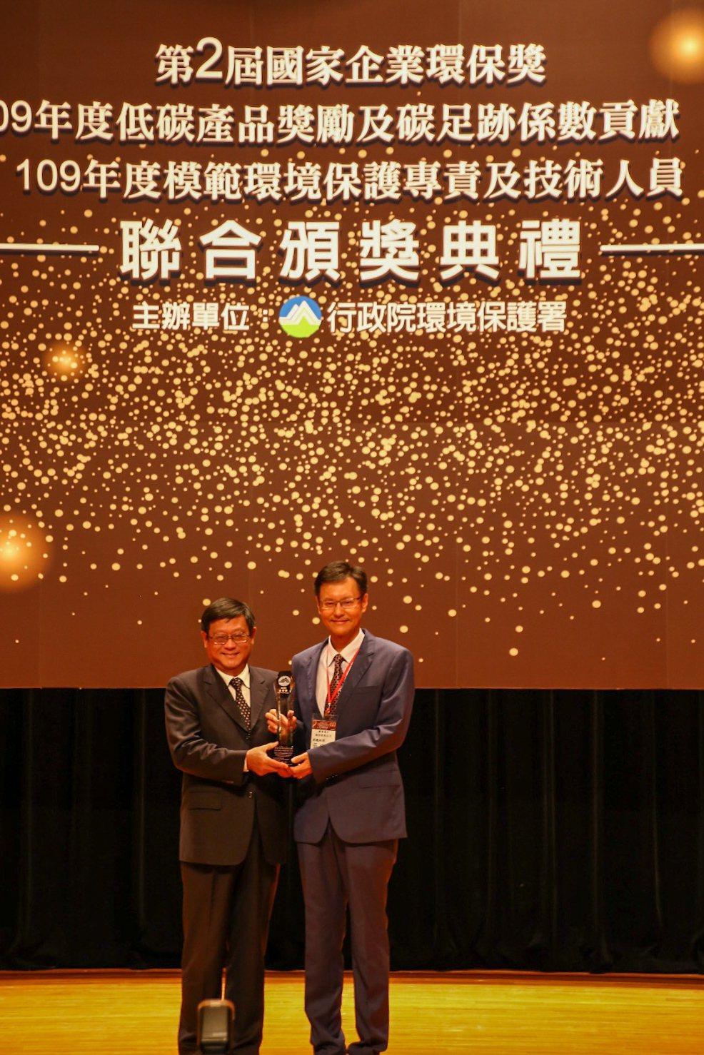 聯電12A廠由副總經理吳宗賢代表受獎(聯電/提供)
