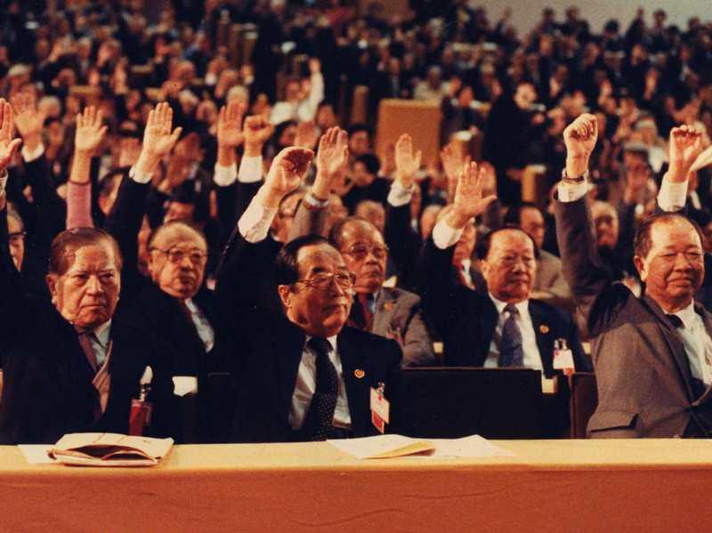 1991年4月22日,第一屆國民大會第二次臨時會通過「憲法增修條文」及「廢止動員戡亂時期臨時條款廢止案」,推動國會改選。圖/聯合報系資料照片