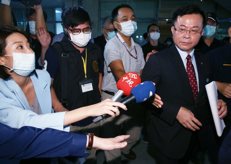 NCC主委陳耀祥(右)昨天宣布,中天新聞台不換照,記者會後中天記者(左)持續追問他。記者曾原信/攝影