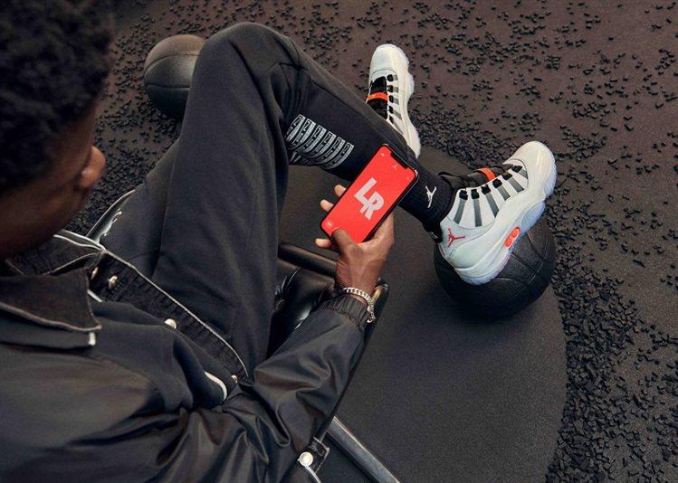 透過Adapt技術,穿著者能藉由手機應用程式與鞋款連線,選擇自己喜愛的LED燈光...