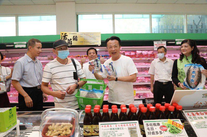 嘉義縣長翁章梁率隊將「嘉義優鮮」農產品,與楓康超市聯手,進軍中台灣消費市場。圖/縣府提供