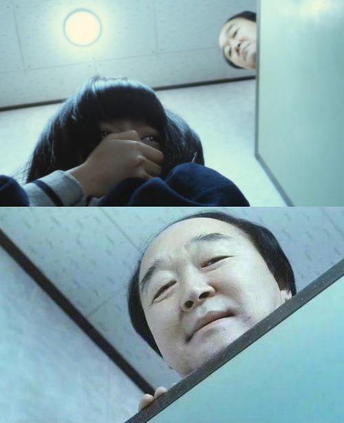 張光(下)在電影「熔爐」中演活猥瑣校長。圖/摘自韓網