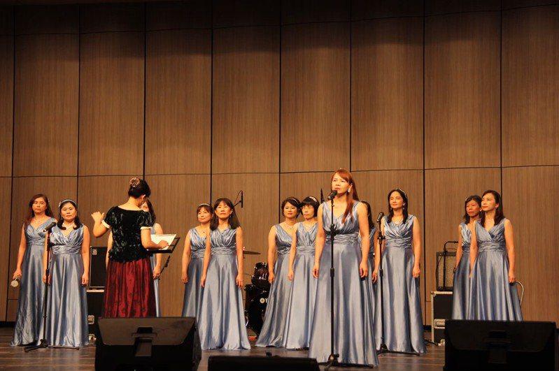 當天也邀請去年在「巴塞隆納黃金之聲」國際合唱藝術節獲得佳績的在地傑出演藝團隊「揚音樂集」,演唱歷年的合唱得獎作品。圖/新竹縣政府提供