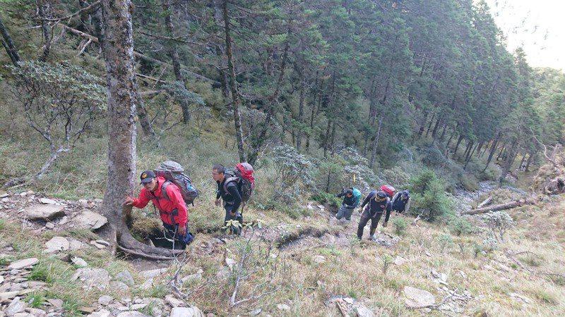 一支7人登山隊伍日前走畢祿羊頭山縱走,其中3人腳程較慢迷路失聯,被發現時有1人已死亡。圖/花蓮縣消防局提供