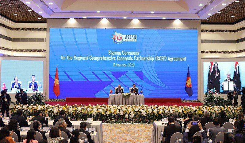 RCEP歷經8年磋商,15日正式簽署,圖為當天在越南舉行的簽署儀式。新華社