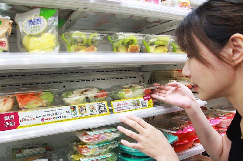 中壽首創與超商龍頭7-ELEVEN共推「食分健康好Simple」活動,即日起投保重大傷病險商品,加入中壽會員並成功綁定7-ELEVEN會員,接下來只要持續在7-ELEVEN購買印有Simple-Fit標籤食品,就能持續獲贈OPEN POINT,累積起來的點數可折抵7-ELEVEN消費。圖/中壽提供