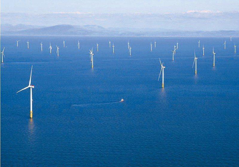 台灣離岸風電未來可能從西部沿岸入侵北海部,且一口氣要設三個風場,學者專家和漁民都擔心毀掉漁業命脈,氣罵「是瘋了嗎?」。圖為英國離岸風力發電場。 路透