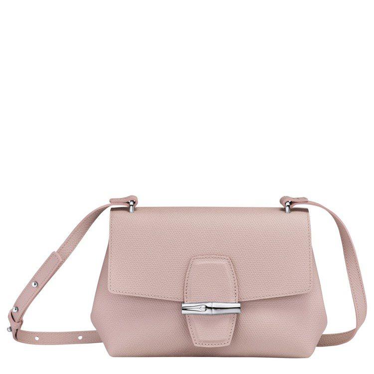 Roseau淡粉色斜背袋,18,700元。圖/LONGCHAMP提供