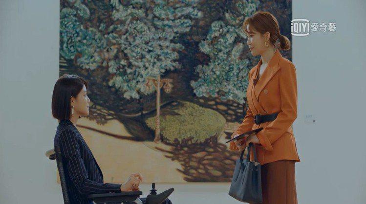 近期熱播的韓劇「愛我的間諜」中,飾演禮服設計師的女主角劉寅娜也以Roseau手提...