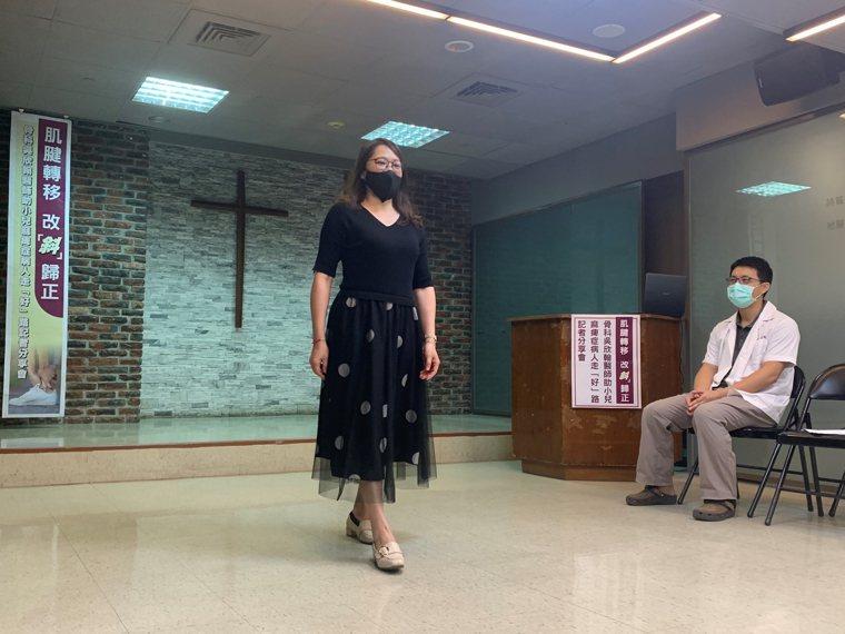 小兒麻痺病人潘小姐(左)接受台東基督教醫院骨科醫師吳欣翰(右)手術治療,左腳終於...