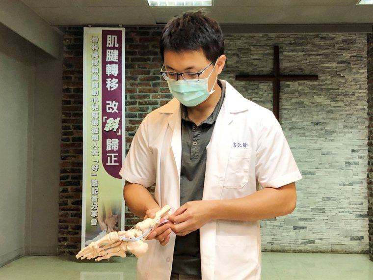 台東基督教醫院骨科醫師吳欣翰,在發表分享會上用模型說明為潘小姐進行肌腱轉移的過程...