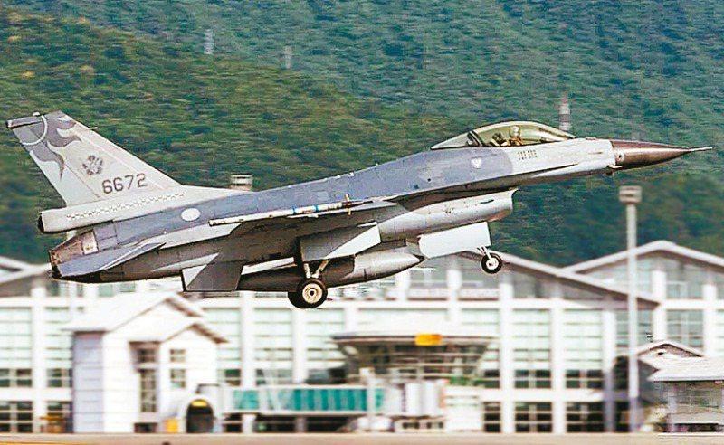 花蓮基地編號六六七二的F-16單座戰機起飛後2分鐘後墜海失蹤,重建這關鍵的2分鐘是事後調查的重要工作。圖/軍聞社