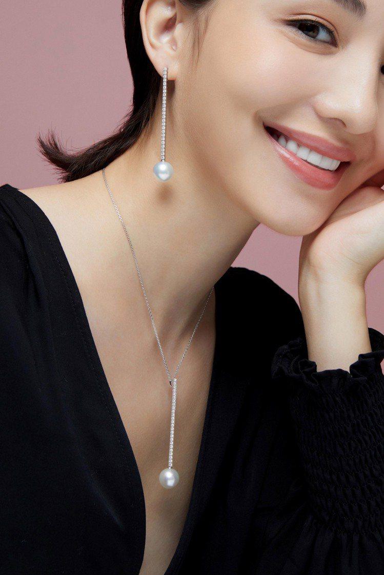 模特兒配戴MIKIMOTO垂墜珍珠鑽石項鍊,39萬元;及長鑽石鍊耳環,48萬元。...