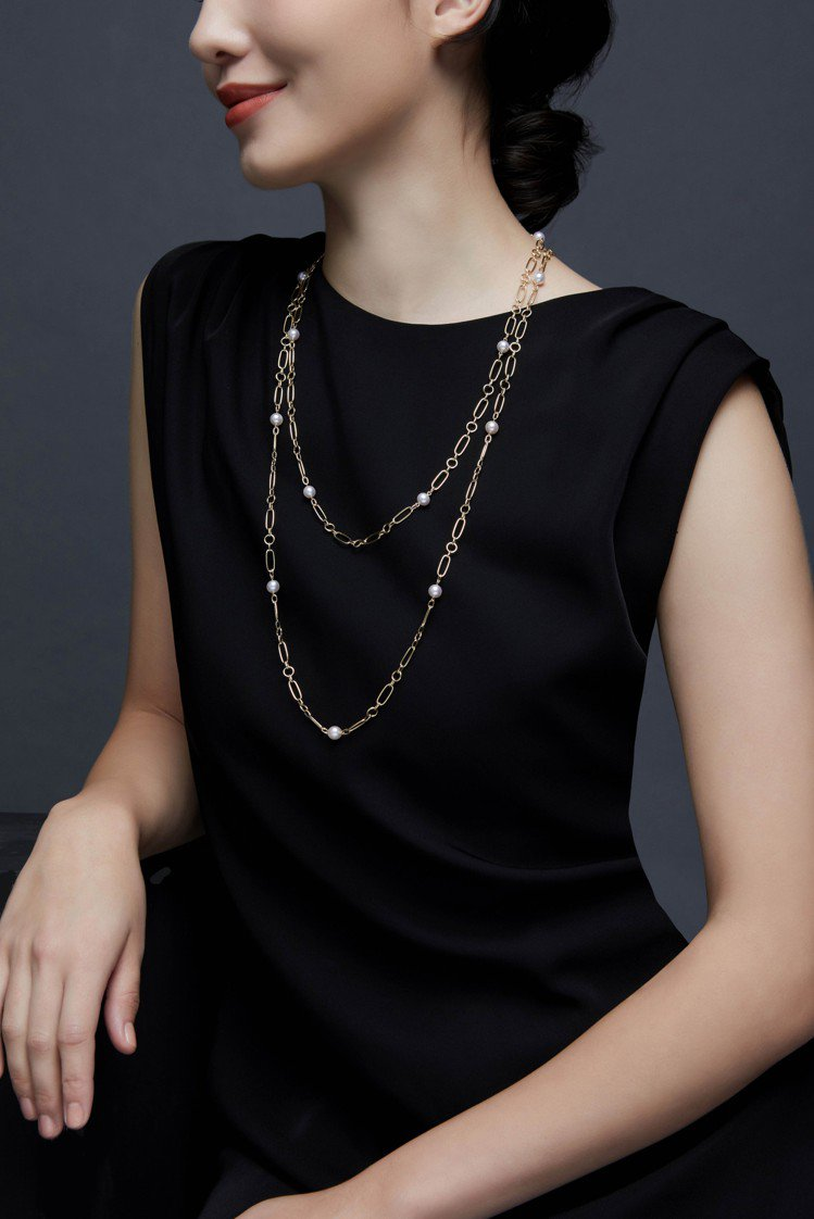 模特兒配戴MIKIMOTO M Code系列珍珠長項鍊。圖/MIKIMOTO提供
