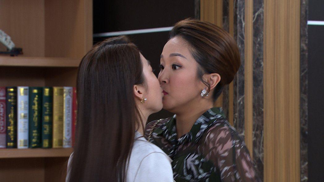 張家瑋(左)、賴慧如意外女女吻,被觀眾笑說根本是天生一對。圖/民視提供